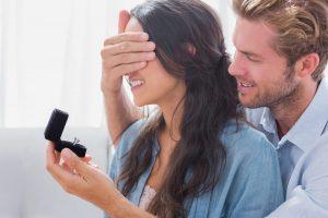 Jak wybrać pierścionek zaręczynowy i na co zwrócić uwagę?