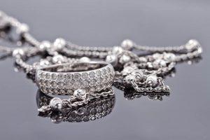 Srebrna biżuteria – jak o nią dbać?